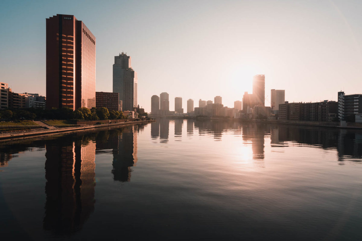 水の流れも止まる早朝の隅田川