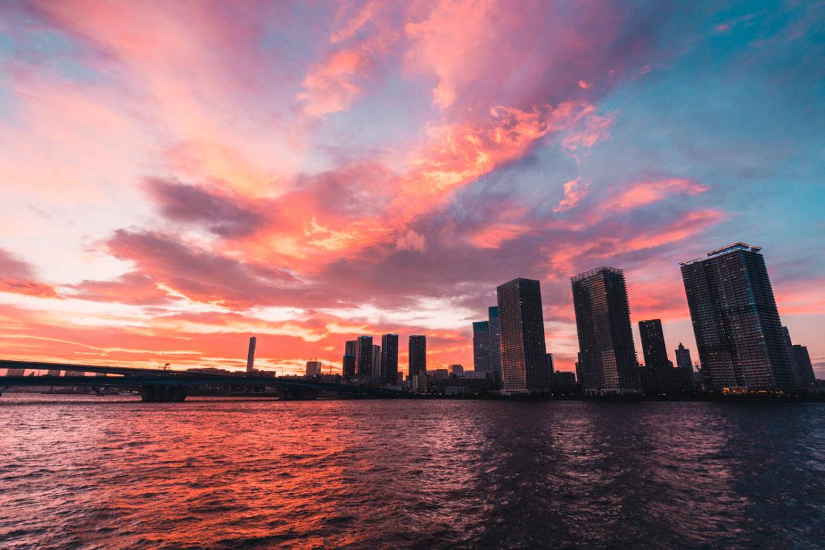 燃ゆる大空を晴海運河で眺める