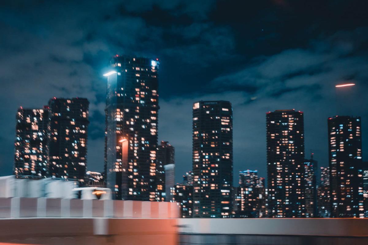 深夜の首都高から眺める湾岸の慎ましい夜